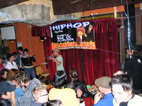 Illa Brown performing at El Cocal
